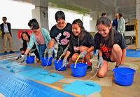 身障者の利用考え「涼感塗装」 那覇の小学生、商業施設の駐車場でペンキ塗り