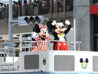 国際通りをパレードするミッキーマウスやミニーマウスらに沿道から大歓声が上がった=7日午後(崎浜秀也撮影)