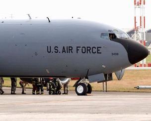 米軍嘉手納基地に緊急着陸したKC135空中給油機=9日、同基地(読者提供)