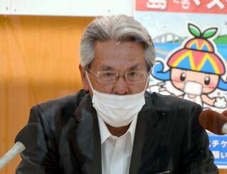 宮古島市内での東京五輪聖火リレー中止を発表する座喜味一幸市長=23日、宮古島市役所
