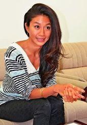 フリーダイビングの魅力と沖縄の海の素晴らしさを語る女優の福本幸子さん=3月30日、沖縄タイムス社