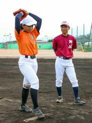 始球式の練習をする吉本りりかさん(左)と監督の鳴川真一さん=1日、徳島県阿波市