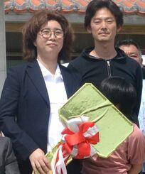 竹富島の診療所に赴任した関有香子医師(左)と家族ら=5日、竹富島