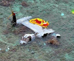 名護市安部の浅瀬で大破した米軍オスプレイ=2016年12月