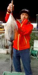 泡瀬海岸で1.82キロのシルイチャーを釣った泊瞬一さん=1月31日