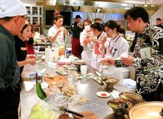 屋台村の出店に向け、約40の飲食店がメニューを紹介した=那覇市、安田ゆう子クッキングスクール