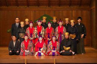 第69回文化庁芸術祭賞で大賞を受賞した「琉球舞踊 古典女七踊」の出演者ら=11月1日、横浜能楽堂(大城洋平さん撮影)