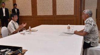 会談する稲嶺進名護市長(左)と中谷元・防衛相=16日午前10時3分、名護市のザ・ブセナテラス