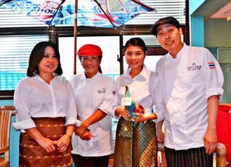 笑顔で出迎える料理担当のパヌマット・カオスワンシイさん(右端)とスタッフ=日、沖縄市呉屋