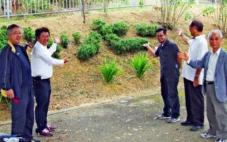 花壇の手入れを終えた(右から)下地さん、仲宗根さん、玉那覇さん、花城さん、花崎さん=宜野湾市・嘉数バス停