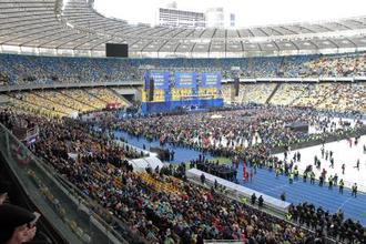 19日、ウクライナの大統領選決選投票に向けた討論会が開かれた首都キエフのスタジアム(タス=共同)