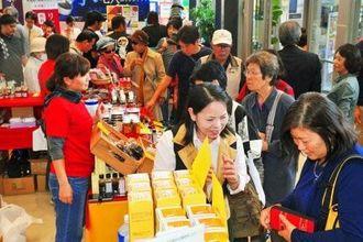 連日多くの来場者が詰め掛けにぎわった「久米島町 観光・物産と芸能フェア」=12日、那覇市久茂地・タイムスビル