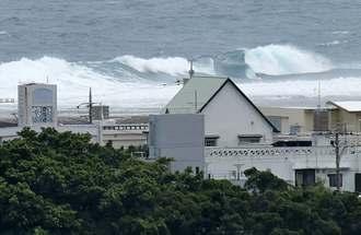 台風7号の影響で高波が打ち寄せる沖縄県南城市の海岸=30日午後2時15分、南城市玉城(金城健太撮影)