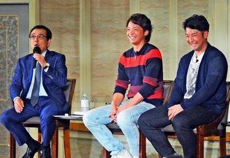 野球の楽しさを語るソフトバンクの東浜巨(中央)とDeNAの嶺井博希(右)=ロワジールホテル那覇