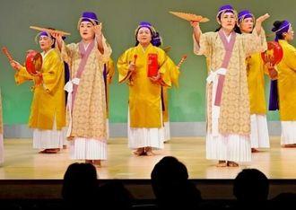 民俗芸能公演で「謝名堂ウシデーク」を踊る女性たち=那覇市久茂地・タイムスホール(国吉聡志撮影)