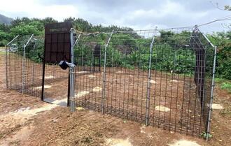 イノシシを遠隔操作で捕獲する実証実験に向けて設置した大型のICTわな=2月26日、石垣島北部(市農政経済課提供)
