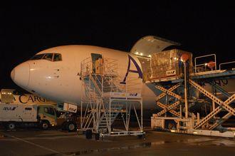 貨物を搭載するANACargo便=2014年、那覇空港貨物ターミナル