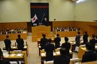 沖縄市議会、FA18戦闘機の墜落事故に抗議 全会一致で可決