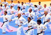 沖縄空手の心技を体得 国際セミナー、48人に修了証
