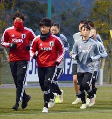 米国遠征に向けた合宿で、体を動かす鮫島(右手前)らサッカー女子日本代表=20日、福島県のJヴィレッジ