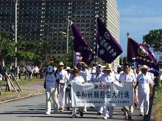 平和行進が糸満市役所を出発