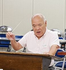 市立尼崎高校の吹奏楽部を指導する羽地靖隆さん=19日、兵庫県尼崎市、市立尼崎高校