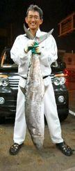 津堅沖で130センチ15・2キロのサワラを釣った岡英輔さん=10日