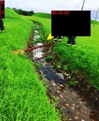 雨水溝へ流入した有害物資の浄化作業をする米軍人(情報公開制度で嘉手納基地から入手、顔などはマスキングされ撮影日の記載はない)
