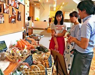 「街なかマルシェ」で県産野菜を購入する来場者ら=5月27日、那覇市・ホテルサンパレス球陽館