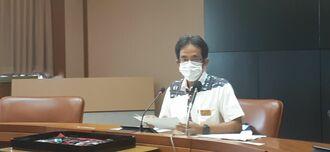 県内の新型コロナウイルス患者情報について説明する県の県の糸数公保健衛生統括監=6日午後、県庁