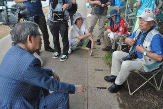 「沖縄の民意を本土に伝えねば」と確認しあう石川文洋さん(右)と大谷昭宏さん=22日午前8時、名護市のキャンプ・シュワブゲート前