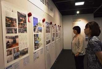 沖縄建築賞の全応募作品43作品が展示されている=13日、那覇市久茂地・タイムスギャラリー