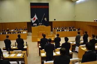 FA18戦闘機の墜落事故に対する抗議決議案と意見書案を全会一致で可決した沖縄市議会=7日、沖縄市議会