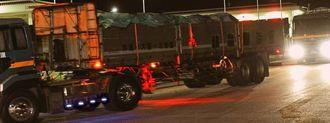 米軍キャンプ・シュワブに入る大型トレーラー=20日午前2時35分