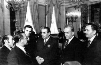 1973年10月、モスクワでソ連首脳と対面する田中角栄首相(左から2人目)。ソ連側は右からグロムイコ外相、コスイギン首相、ブレジネフ共産党書記長(UPI=共同)