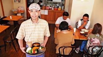 新たなメニュー開発にも力を入れている店主の遠藤裕樹さん=21日、宮古島市平良東仲宗根の「asiyana」