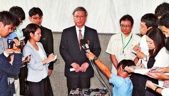 東京へ出発前に、安倍首相との会談について記者の質問に答える翁長雄志知事=16日午後、県庁