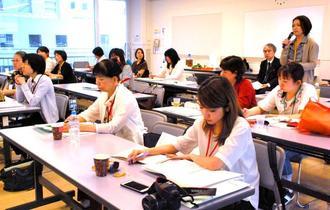 子どもシェルターの職員らが全国から参加し、運営や子どもへの対応の課題を共有したスタッフ分科会=県総合福祉センター