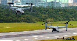相次いで着陸するMV22オスプレイ=23日正午すぎ、米軍普天間飛行場