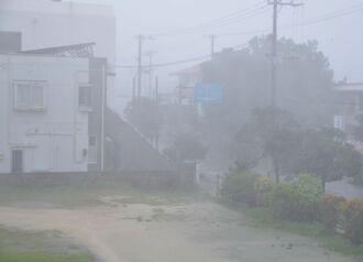 暴風に見舞われる宮古島市内=5日午後0時すぎ