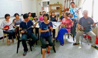 三線を奏で、八重山音楽を楽しむ台湾琉球文化交流協会のメンバー=台北市
