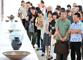 国画会草創期の作家らの作品が並ぶ「国展工芸沖縄展」=9月13日、県立博物館・美術館