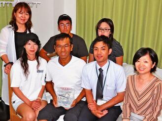 家族旅行中に台風で足止めされ、城間宇恵さん(前列右)たちの連携プレーで救われた陳冠任さん(同3人目)=6日、那覇市内のホテル