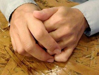 ひきこもりの兄について「せめて生きがいを持ってほしい」と望むケイコさん(仮名)=25日、沖縄本島