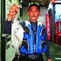 泊海岸で36・8センチ、0・8キロのミナミクロダイを釣った赤嶺秋夫さん=11月17日
