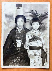 沖縄戦下で唯一、意思を通じ合わせることができたという母上原オトさん(左)と友寄美代子さん。「戦後すぐ、13歳ごろに撮影した」として大切に保管している