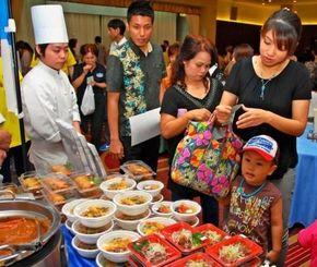 地元食材を使った料理を買い求める来場者ら=22日、名護市宮里・ホテルゆがふいんおきなわ