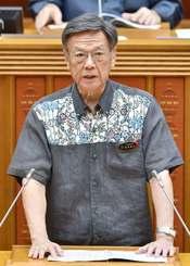 開会した県議会9月定例会で議案説明をする翁長雄志知事=20日午前、県議会