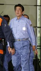 西日本豪雨の被災地、愛媛県を訪問するため、首相官邸を出る安倍首相=13日午前