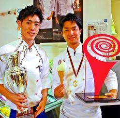 ジェラートの世界大会「シャーベット・フェスティバル」で優勝した柴野氏(右)と「世界ジェラート騎士」を受賞した米盛氏=26日、宜野湾市のラ・ボウス